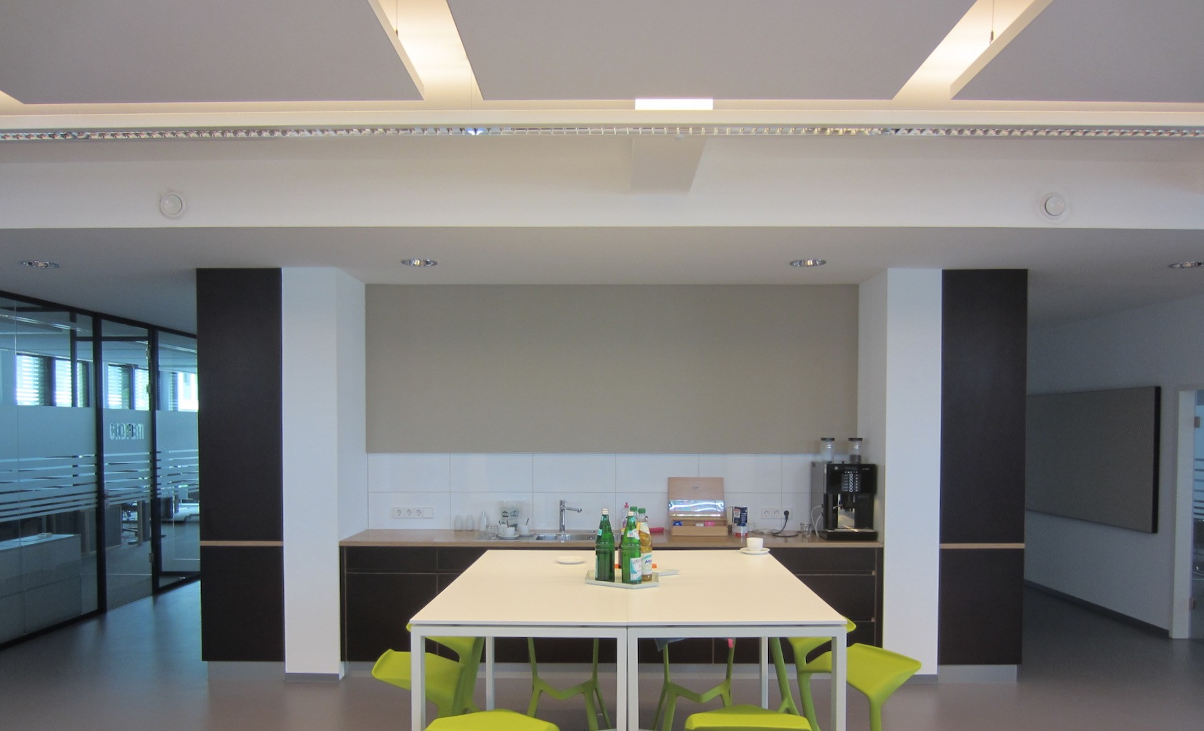 Akoestisch plafond in kantoor